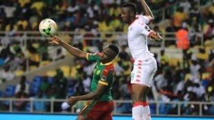 L'attaquant camerounais Jacques Zoua ne peut rien faire face à Issoufou Dayo, qui marque le but burkinabé, lors du match qui s'est disputé au Stade de l'Amitié à Libreville, le 14 janvier 2017