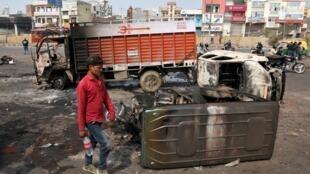 Dans cette zone du nord-est de New Delhi, stations-service et voitures personnelles ont été incendiées.