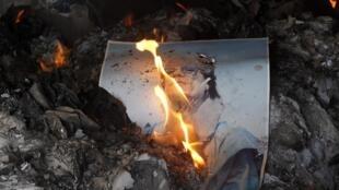 Un portrait du guide libyen brûle dans la prison principale de Benghazi, le 28 février 2011.