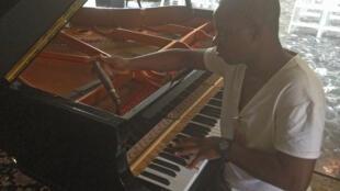 Komlavi Mensah, un accordeur de piano à Cotonou. Même s'il a un accordeur électronique, il fait tout à l'oreille.