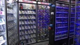 Gardés religieusement sous vitrine, des jeux vidéo qui datent de plus de vingt ans n'attendent plus qu'à être achetés par des passionnés de «rétrogaming», dans une boutique située boulevard Voltaire, à Paris.