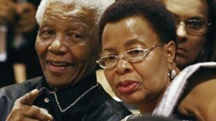 Nelson Mandela et son épouse Graça Machel, au Parlement du Cap, le 11 février 2010.