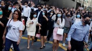 Sau chiến thắng của các ứng viên dân chủ Hồng Kông, những người phản đối Bắc Kinh vào giờ nghỉ trưa đã tập hợp hô vang các khẩu hiệu ở khu Trung Hoàn, 25/11/2019.