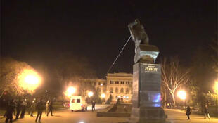 Харьковская милиция не стала вмешиваться в снос памятника Рудневу, 11 апреля 2015 г.