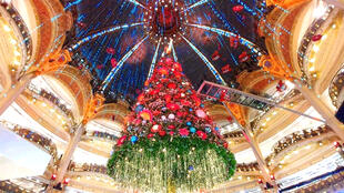 Cây thông Giáng Sinh khổng lồ ở cửa hàng Galeries Lafayette