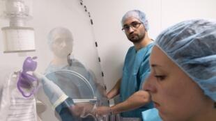 Técnicos de laboratório no University Hospital Center (CHU) de Clermont-Ferrand, 26 de julho de 2016.