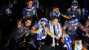 Jogadores do FC Porto a festejarem o título de campeões nacionais
