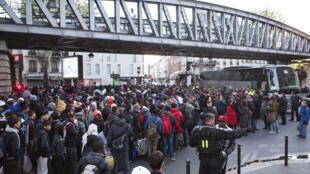 Imigrantes sendo evacuados por policiais franceses de um acampamento improvisado sob a estação de metrô Stalingrad, em Paris.