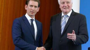Le ministre allemand de l'Intérieur Horst Seehofer (D) et le chancelier autrichien Sebastian Kurz (G) se serrent la main après une conférence de presse à Berlin, en Allemagne, le 13 juin 2018.