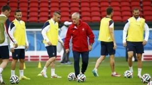 Huấn luyện viên trưởng đội tuyển Pháp Didier Deschamps (áo đỏ) hướng dẫn các tuyển thủ trong buổi tập tại sân vận động Beira-Rio tại Porto Alegre trước trận cầu đầu tiên với Honduras vào tối Chủ nhật 15/06/2014.