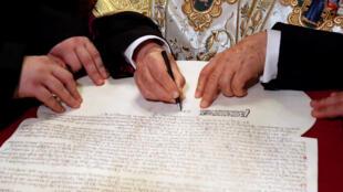 Патриарх Варфоломей подписывает томос об автокефалии украинской православной церкви. 5 января 2018 г. Стамбул