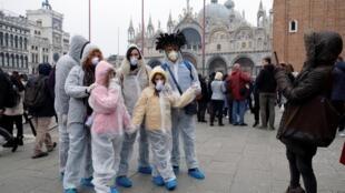 Turistas usam máscaras na praça São Marcos, em Veneza, onde o Carnaval foi cancelado na noite de domingo devido ao surto do coronavírus. 23/02/2020.