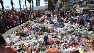 A Nice, Promenade des Anglais, les passants se recueillent en hommage aux victimes de l'attentat, 17 juillet 2016.