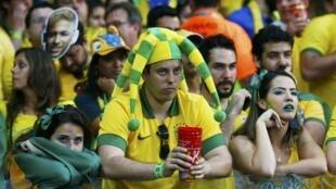 O espanto e a tristeza da torcida não impediram os brasileiros de rir da própria tragédia