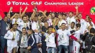 Les joueurs du Wydad Casablanca soulèvent le trophée de la Ligue des champions de la CAF 2017.
