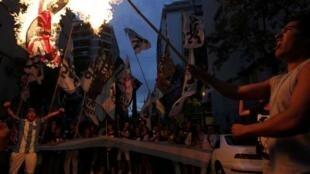 Manifestantes queman una bandera británica frente a la embajada del Reino Unido, el 2 de febrero de 2012 en Buenos Aires.
