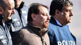 Cesare Battisti escoltado por policiais na sua chegada à Itália, em 14 de janeiro de 2019.