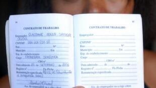 Leci Aniceto dos Santos, empregada doméstica, diz que só trabalhaa com carteira assinada .