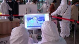 中国南京在火车站检查乘客体温的工作人员资料图片