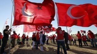 Manifestantes carregam bandeiras turcas nesta segunda-feira, dia 5 de agosto de 2013, durante protesto contra golpe de Estado contra o governo islâmico-conservador do premiê Recep Tayyip Erdogan.
