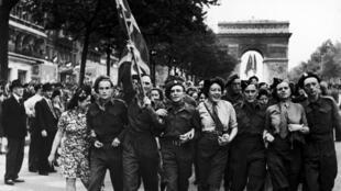 Парижане празднуют капитуляцию гитлеровской Германии на Елисейских полях, 8 мая 1945 года.