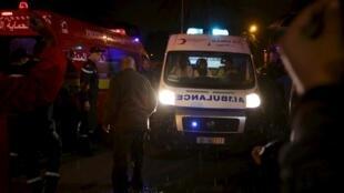 Bombeiros e policiais chegam a local do atentado contra um ônibus em Túnis