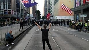 一名舞動着美英國旗的香港示威者 2019年12月1日