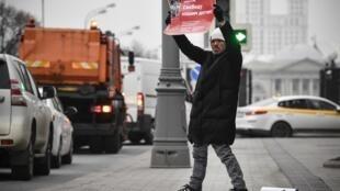 Un homme tient une pancarte sur laquelle est inscrit «Libérez nos enfants» à Moscou, le 19 novembre 2019.