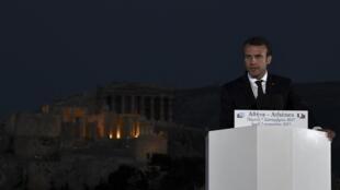 O presidente francês Emmanuel Macron discursa em Atenas com o Partenon ao fundo.