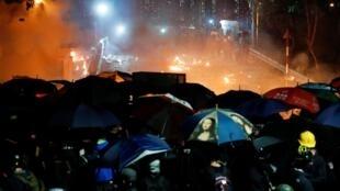 图为香港中文大学2019年11月12日夜晚学生与警方对峙