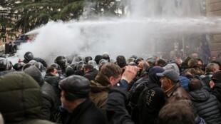 La police anti-émeute tente de disperser les manifestants, le 18 novembre, à Tbilissi.