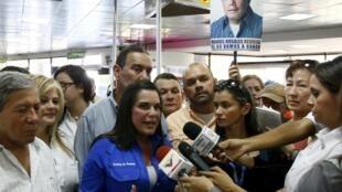Eveling Trejo de Rosales, maire de Maracaibo et épouse de l'ancien candidat à la présidentielle vénézuélienne Manuel Rosales. Elle répond aux médias pendant qu'elle attend son arrivée à l'aéroport de Maracaibo, au Venezuela, le 15 octobre 2015.