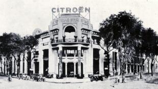 Nhà phân phố xe Citroën, Etablissements Bainier d'Indochine Auto-Hall, tại Sài Gòn, khoảng năm 1930. Nay là khách sạn Rex.