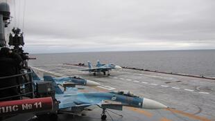 Avião Sukhoi S-33 no porta-aviões, Admiral Kuznetsov, no mar de Barents.