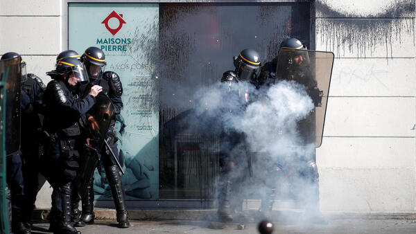 Специальный отряд полиции (CRS) во время акции «желтых жилетов» в Париже