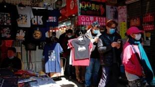 香港爆发新型冠状病毒,民众排队购买口罩 2020年1月31日