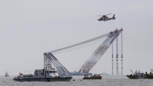 A Guarda Costeira informou que redes são instaladas ao redor da balsa para impedir o afastamento dos corpos.
