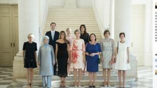 Photo des premières dames, postée sur la page Facebook par l'équipe de communication du président Trump, avec la légende complétée.