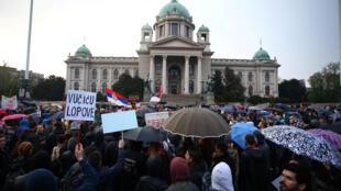 Manifestation à Belgrade contre la victoire écrasante du Premier ministre Aleksandar Vucic aux élections présidentielles de Serbie, le 5 avril 2017.