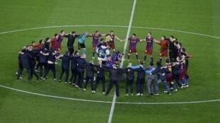 Los jugadores del Barça celebran su clasificación para la final de la Champions League después de un segundo partido frente al Real Madrid en el Nou Camp