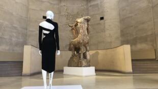 A diálogo entre as roupas e as estátuas faz parte do charme da exposição.