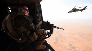 Patrouille d'hélicoptèes français dans le nord du Mali (mission Barkhane).
