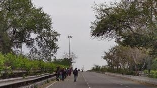 Les travailleurs saisonniers regagnent à pied leurs villages, le 25 mars 2020.