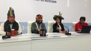 Indígenas, como Nara Baré (esq.), têm dado explicações na COP 25 sobre o que acontece na Amazônia.