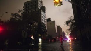 Entre 250 000 et 300 000 foyers sont privés d'électricité à New York.