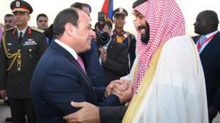 ប្រធានាធិបតីអេហ្ស៊ីប Abdel Fattah el-Sisi (ឆ្វេង) និងព្រះរាជបុត្រស្នងរាជ Mohammed ben Salmane (ស្តាំ)
