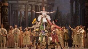 """A primeira-bailarina da Ópera de Paris Ludmila Pagliero interpreta a princesa Aurora em """"A Bela Adormecida"""""""