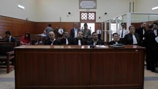 Des avocats attendent l'ouverture de l'audience pour l'énoncé du verdict des hommes accusés du meurtre de deux randonneuses danoise et norvégienne au tribunal de Salé, le 18 juillet 2019.