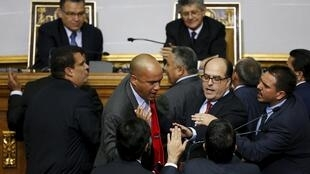 Un conato de agresión física tuvo lugar durante la ceremonia En la ceremonia que puso fin a 17 años de hegemonía chavista en el Parlamento venezolano este 5 de enero.