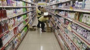 Việt Nam đạt tỉ lệ tăng trưởng đến 6,68% trong năm 2015. Nhân viên siêu thị Fivimart xếp hàng lên giá ngày 26/12/2015.